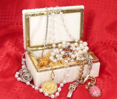 Perlenketten und Armbänder neuaufziehen